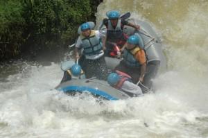 Perahu Menukik dalam Rafting Kasembon