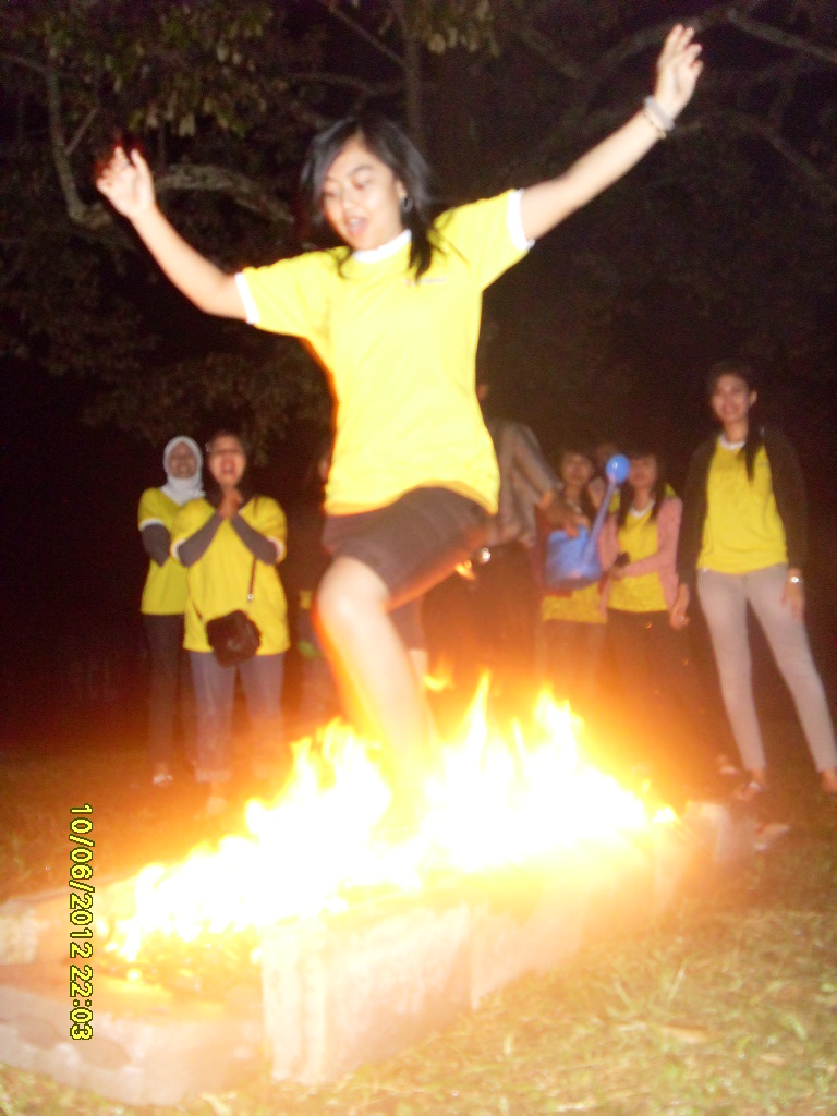 fire walking indosat. outbound malang. www.tips-indonesia.com.jpg